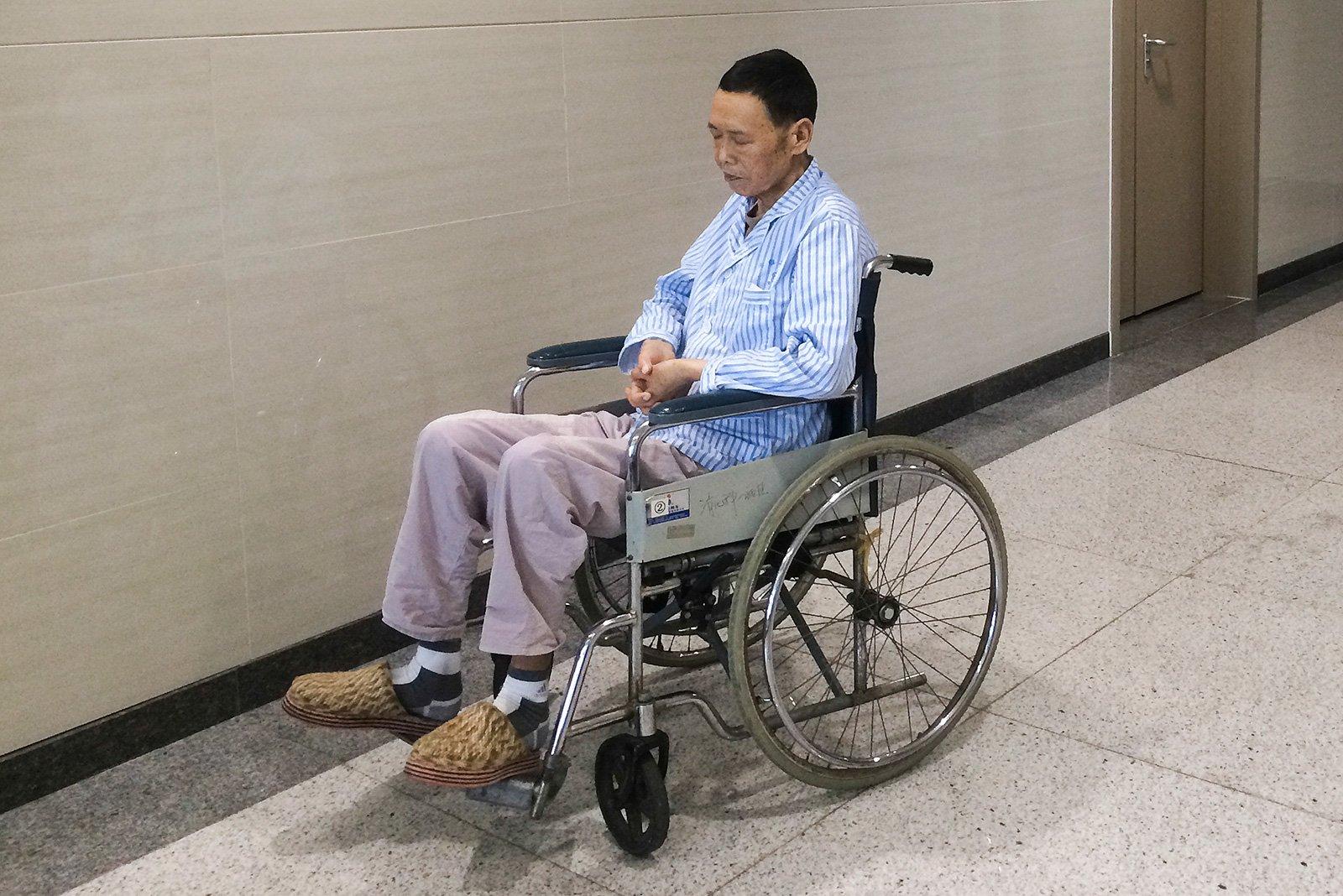 这是放疗十次后的父亲,人已经成了皮包骨,脸上惨白没有一丝血色,下床活动要人抱着,出去散步也要用轮椅。父亲的爱好搁浅了,他已再也没有多余的力气。