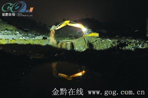 11月2日凌晨两点,挖掘机在爆炸现场作业。本报记者赵惠摄