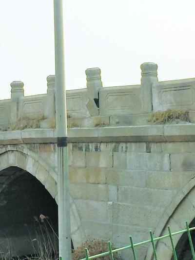 北京古桥朝宗桥栏杆破损严重 浸泡在臭水中