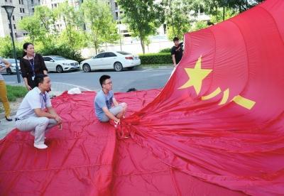 """空中国旗选料同""""神舟降落伞"""" 几十年不开线"""