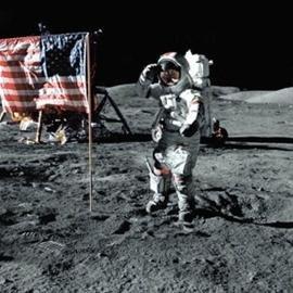 """NASA新照:美國國旗還""""飄""""在月球上(圖)"""