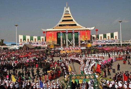 云南德宏举行国际目瑙纵歌节 万人之舞创纪录