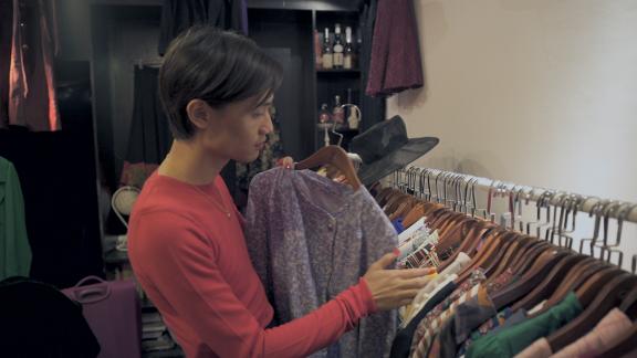 ▲《错位――亚洲跨性别者》剧照。超小米在自己的复古服装店Equal里检查正要上架的裙装。