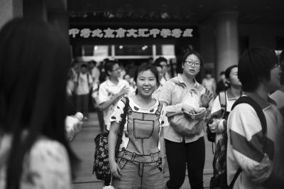 昨日,中考考生走出考场。京华时报记者赵思衡摄