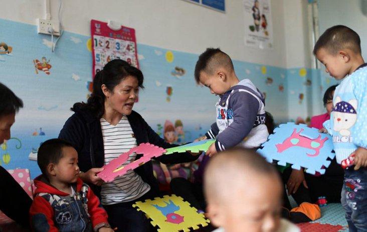 养育师专门教奶奶带小孩