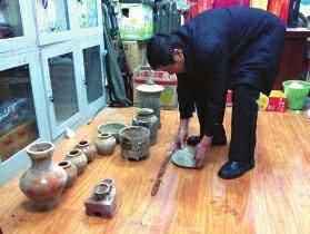 陕西男子自家后院挖出汉代古墓 盗13件文物被拘