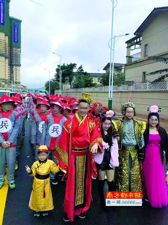 广东土豪婚礼新娘全身披金 市民一度以为是拍戏