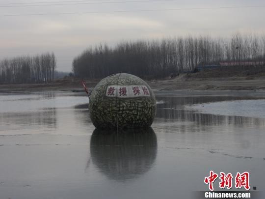 """农民自制逃生设施 自称""""2012诺亚方舟""""(图)"""