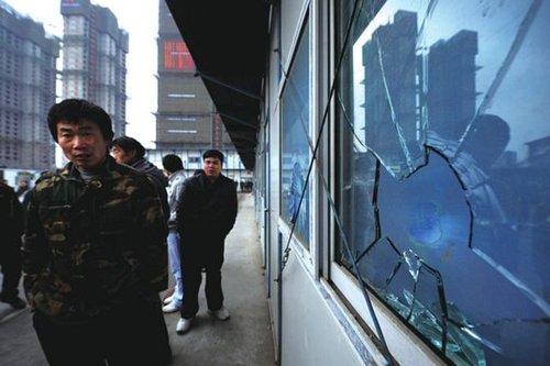 事发工地项目部办公室的玻璃上留有触目惊心的大洞。