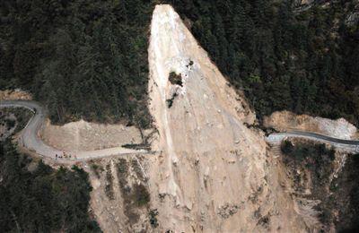 4月27日从空中拍摄的在地震中损毁的吉隆县吉隆镇通往尼泊尔的道路。