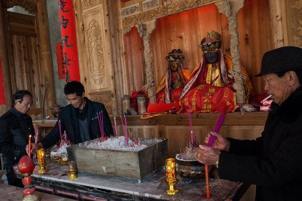 荷兰收藏家将肉身佛像捐给中国寺庙:它应回故乡