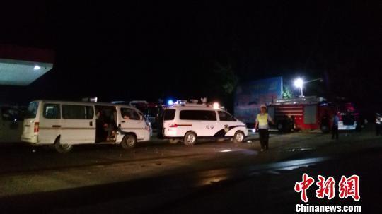 26日凌晨,事故现场外聚集着大量救援人员。董飞 摄