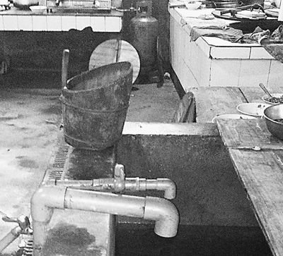 在镇机关食堂,洗菜煮饭都用自来水。