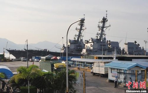 """6月28日,菲律宾和美国海军2011年度""""海上联合战备训练演习""""CARAT在菲律宾西南部巴拉望省省会普林塞萨港市开幕。图为停靠在港口的美国海军导弹驱逐舰""""钟云""""号(93)和""""霍华德""""号(83)。中新社发 ERIC 摄"""
