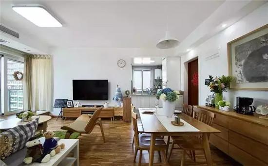 客气沙发区,灰蓝色沙发搭配木质桌椅,一块草绿色的地毯瞬间让整个空间