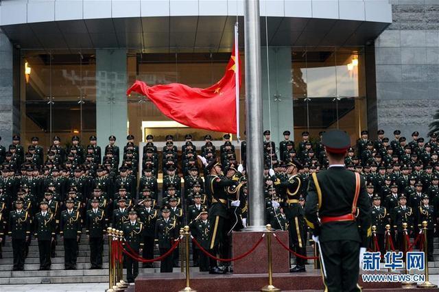 驻澳门部队举行升旗仪式庆祝澳门回归16周年