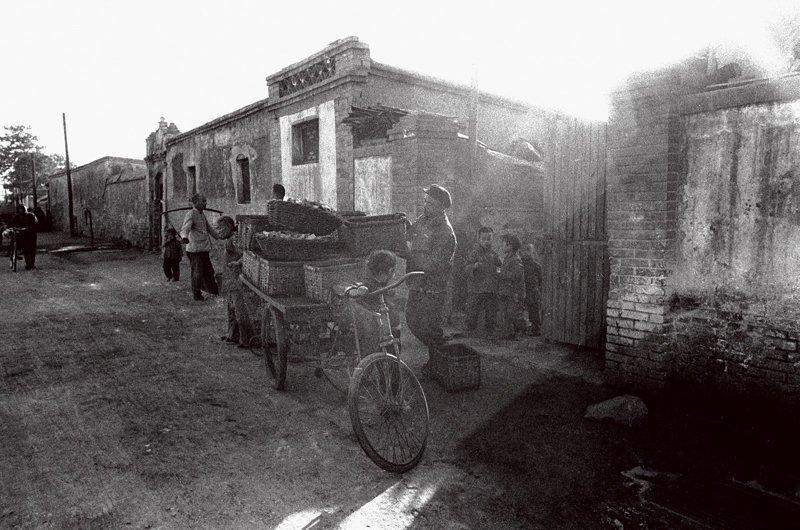 20世纪60年代,北京市民做饭、取暖都离不开煤,尤其到了冬天,煤更是不可或缺。那时候蜂窝煤还属于稀罕产品,一般家庭都烧煤球炉子。煤厂为了方便群众,冬天会派工人把煤球送到居民家里。