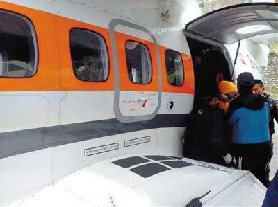 地震雪崩中受伤的中国登山者被转运。图/CFP