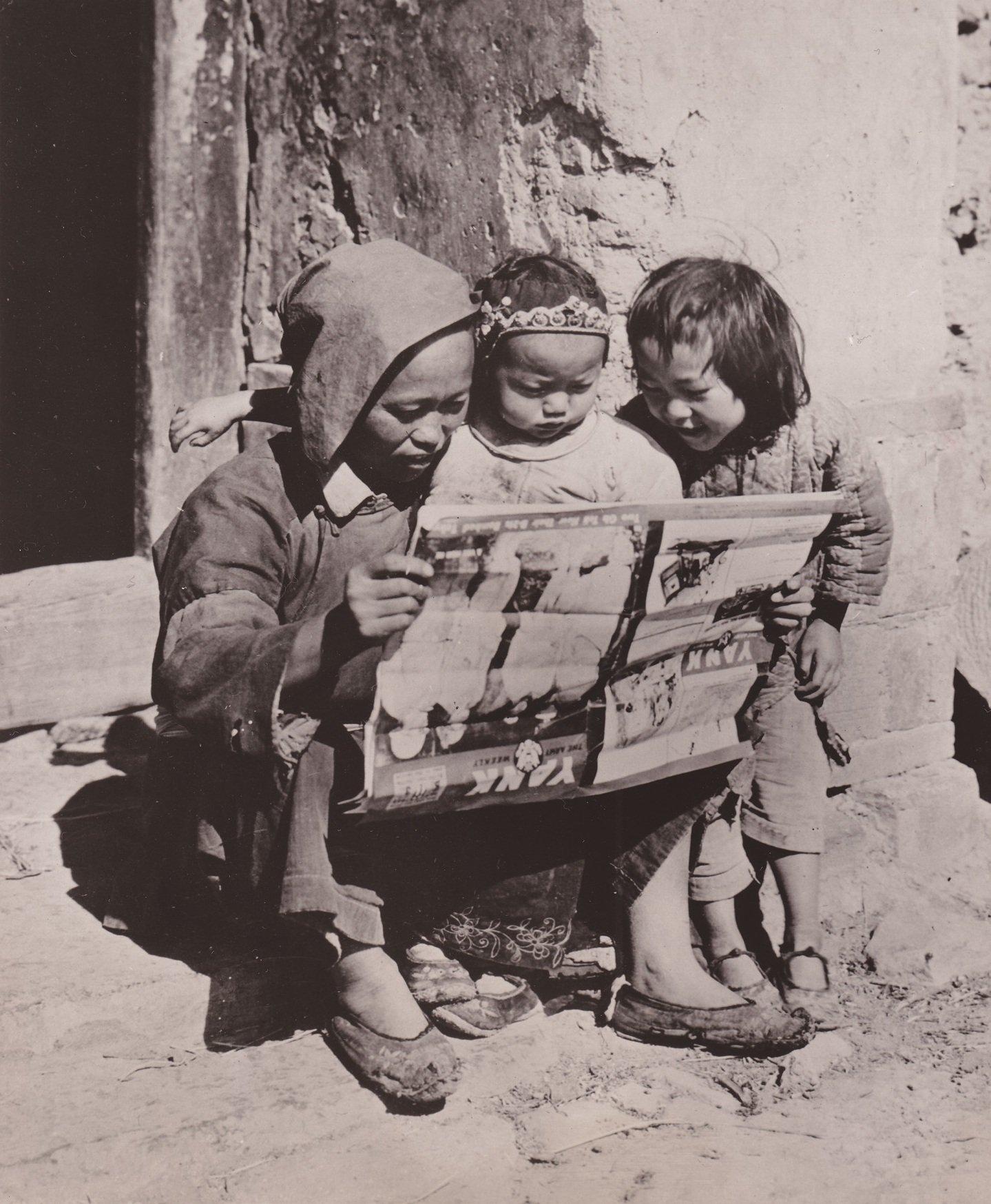 不管把杂志拿得怎么颠三倒四,这三人都觉得《扬基――军人周刊》很有看头。这张照片最近赢得了美国红十字会摄影大赛的冠军。富勒中士和麦坎德雷斯中士拍摄于中国。