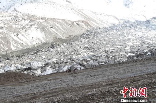 新疆冰川跃动和冰崩同时发生 气温上升或致灾害