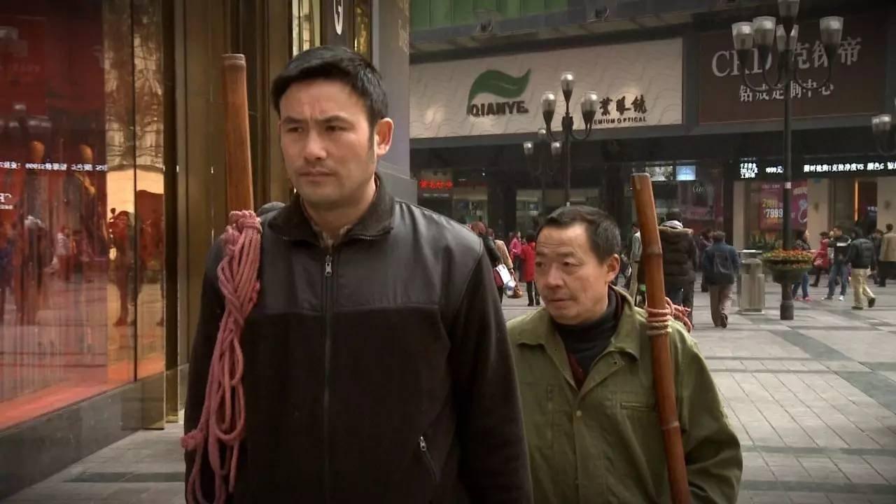《最后的棒棒》剧照,师傅老黄(右)与纪录片导演何苦。