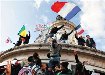 """民众挥舞国旗和""""用民主来对抗恐怖主义""""的条幅。"""