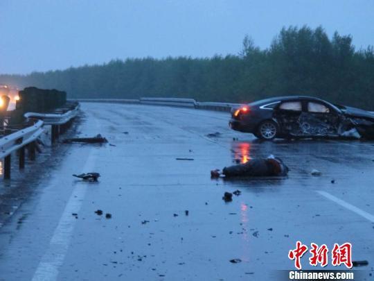 交通事故死亡起�y.i_京哈高速一起交通事故致1名高速救援人员死亡