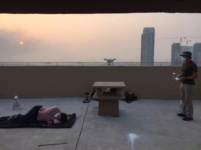 陈杰(右)在天津爆炸现场采访。