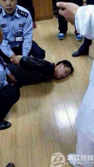 高清图—温岭市第一人民医院患者刀捅三名医生 致一死两伤