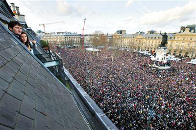 民众聚集在共和国广场上,参与反恐大游行。
