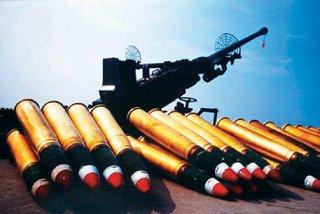 """台湾海军将移拨8门从阳字号上除役的单管 40炮给""""海巡署"""",投入东、南沙战备。图为 陆军同型40炮与实弹。 图片来源:台湾《联合晚报》"""