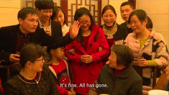 ▲《江南弃儿》剧照。2016年3月,山东长大的张春荣到江阴,给她的舅妈敬酒,38年前,舅妈遗弃了她。