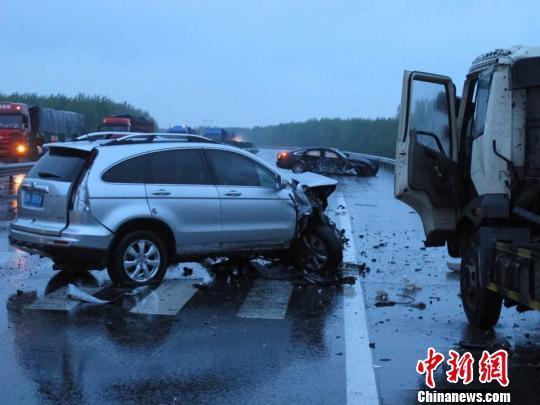京哈高速发生车祸 1名高速救援人员被撞身亡