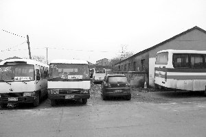 江苏一校车被撞侧翻 学校称因无补贴只能买二手