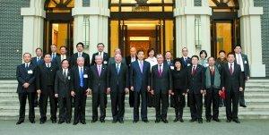 澳门代表团访重庆 薄熙来向何厚铧介绍改革经验