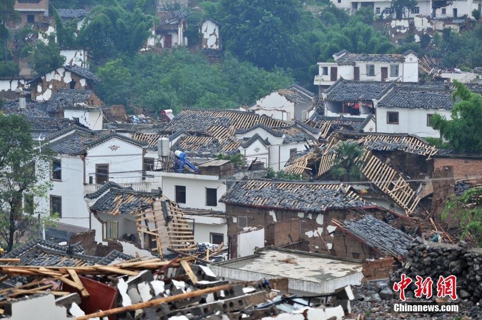 8月4日,鲁甸县龙头山镇的民房破损严重.中新社发 任东 摄-云南鲁甸图片
