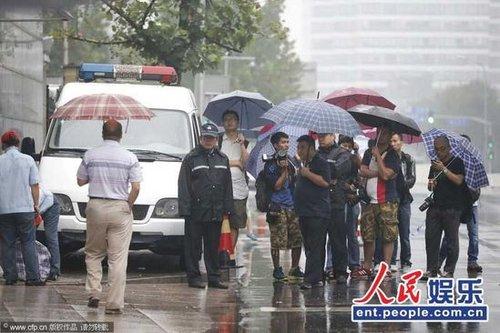 李某某案今日开庭审理 众记者法院冒雨等待(图)