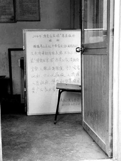 在房山区西潞街道苏庄二里社区,居委会将募捐通知摆在了入口处