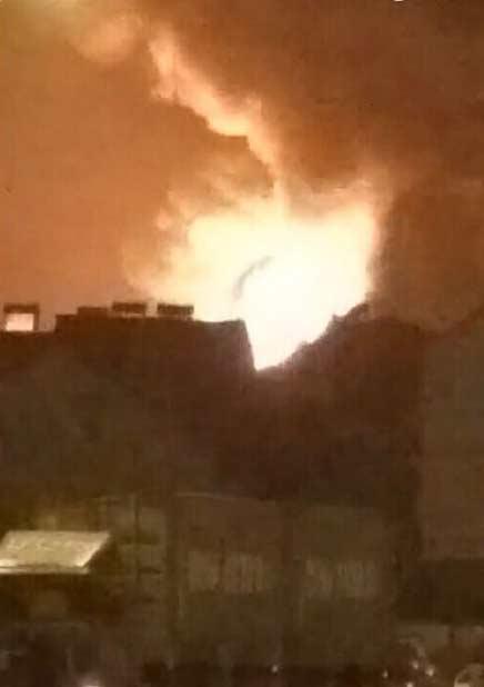 青岛市一仓库起火浓烟滚滚 火苗有十几米高