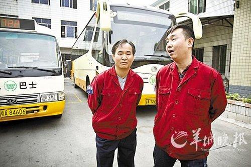 广州超载校车撞树 公交车司机乘客和路人施救