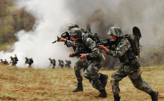 解放军某旅整改 班长体罚战士在全连大会做检查