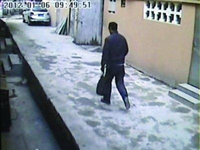 嫌疑人进入小区后,很快由东向西逐渐逃脱视频监控。视频截图