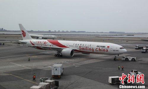 3月31日开始,中国国际航空公司北京-纽约航线将由每周7班增至11班,新增航班的航班号为CA989990,全线航班的执飞机型升级为波音777-300ER。中新社发 阮煜琳 摄