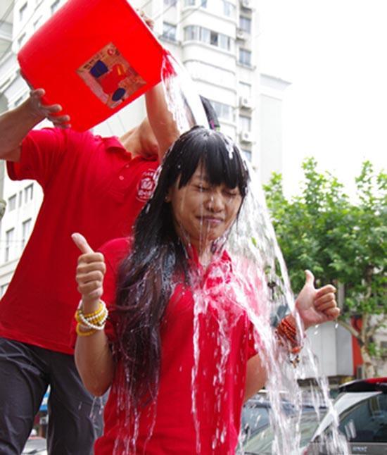 """温州市长被志愿者点名""""冰桶挑战"""" 捐款100元"""