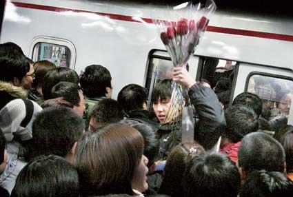 北京地铁昨发送653万人破纪录 多条线路出状况