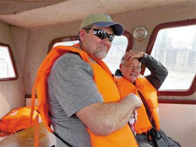 美国亚洲鲤专家Jim(左)和大自然保护协会高级顾问Robert Tansey在长江的考察船上。    大自然保护协会供图