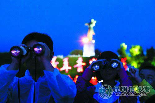 7月17日晚,玉溪观众举着望远镜观看纪念聂耳诞辰100周年大型文艺晚会。记者孟祝斌