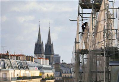 反恐大游行当日,法国巴黎安保升级,一名安保人员站在高处观察事态。