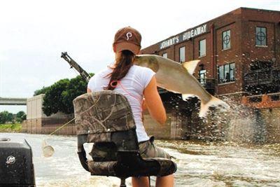 """亚洲鲤鱼突然跃出水面,对游客""""发动袭击""""。"""