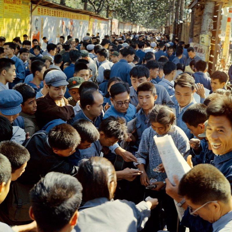 1966年,北京东长安街的大字报和人们购买油印小报的场景。